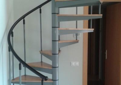 Escalera Caracol con peldaños de madera M8 barandilla TC