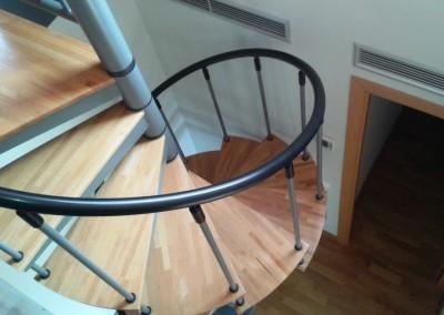 Escalera Caracol con peldaños de madera M8 barandilla TC.