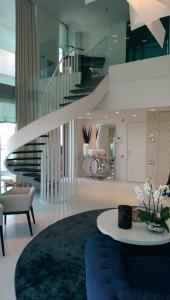 Escalera de diseño en vivienda privada