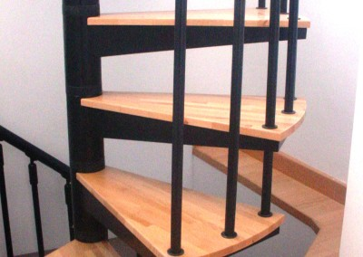 Escaleras caracol con madera Modelo M8 barandilla Triple.