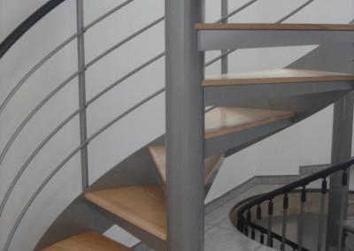 Escalera caracol con peldaños de madera Modelo MGD Bois, con barandilla H4.