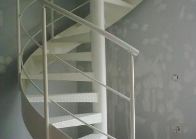 Escalera caracol metálica Modelo MGD Metal, barandilla H2 con pasamano Metálico.