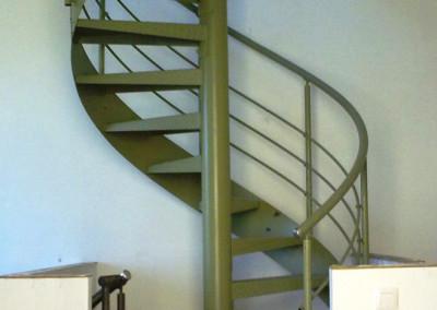 Escalera caracol metálica Modelo MGD Metal, barandilla H3, con pasamano Metálico.