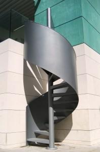 Escalera M47 con la variante de la barandilla en chapa