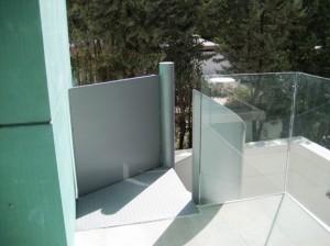 Escalera M47 con baradilla de chapa ciega llegada a balcón.